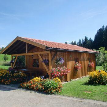 Freistehendes Holzhaus mit Grill am Waldrand gelegen