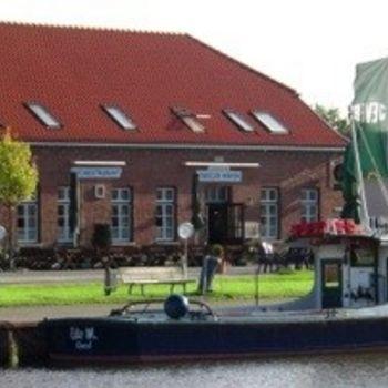 """Fischrestaurant mit Hund in Friesland """"Vareler Hafen"""""""